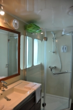 Liveaboards 99669198_carpevitamaindeckshower.jpg